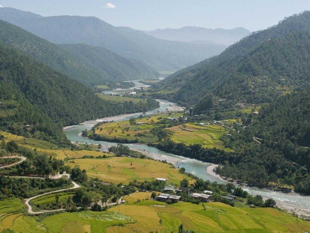 Blick auf den Fluss Mo Chuu und das Punakha Wangdue Tal