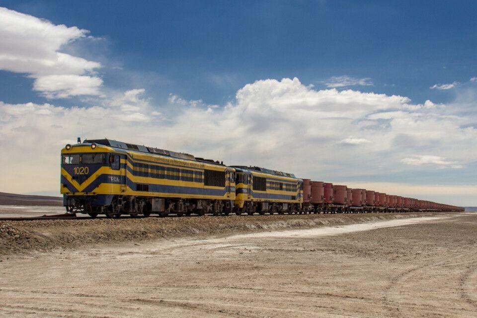 Güterzug mit Erzkonzentrat in der Atacama Wüste