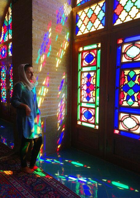 Portrait im Farbenspiel in der Nasir-ol-Molk-Moschee in Shiraz