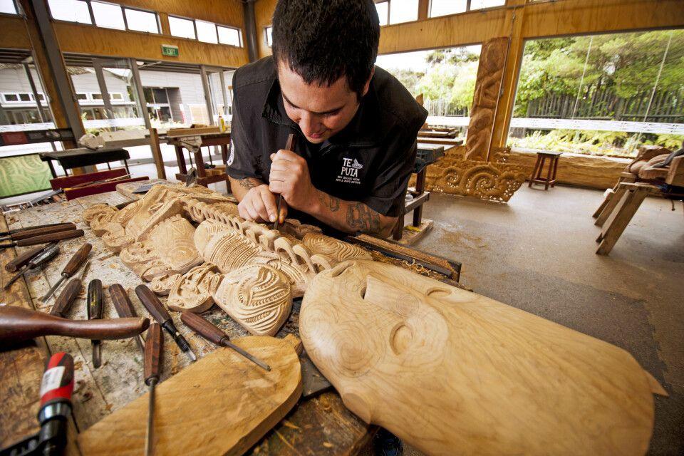 Ein Künstler beim Herstellen eine Maori Figur, Rotorua