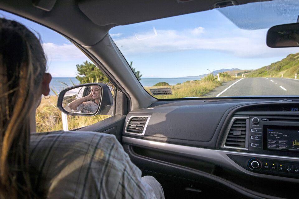 Mit dem Auto auf der Küstenstraße