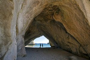 Ein Felsbogen in der Cathedral Cove, eine Bucht am Strandabschnitt der Mercury Bay der Coromandel-Halbinsel der Nordinsel Neuseelands
