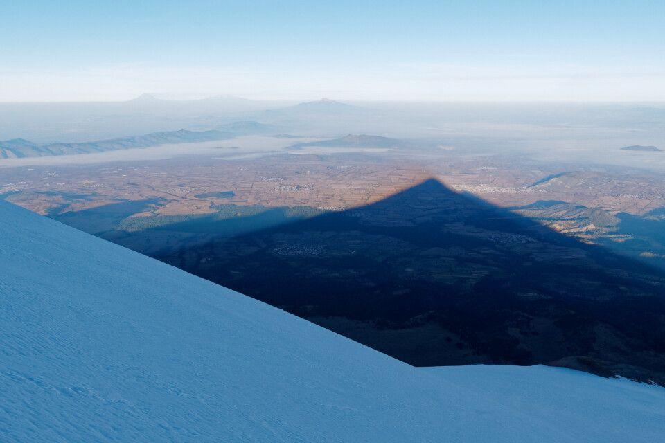 Der Orizaba wirft einen beeindruckenden Schatten auf das umliegende Tal.