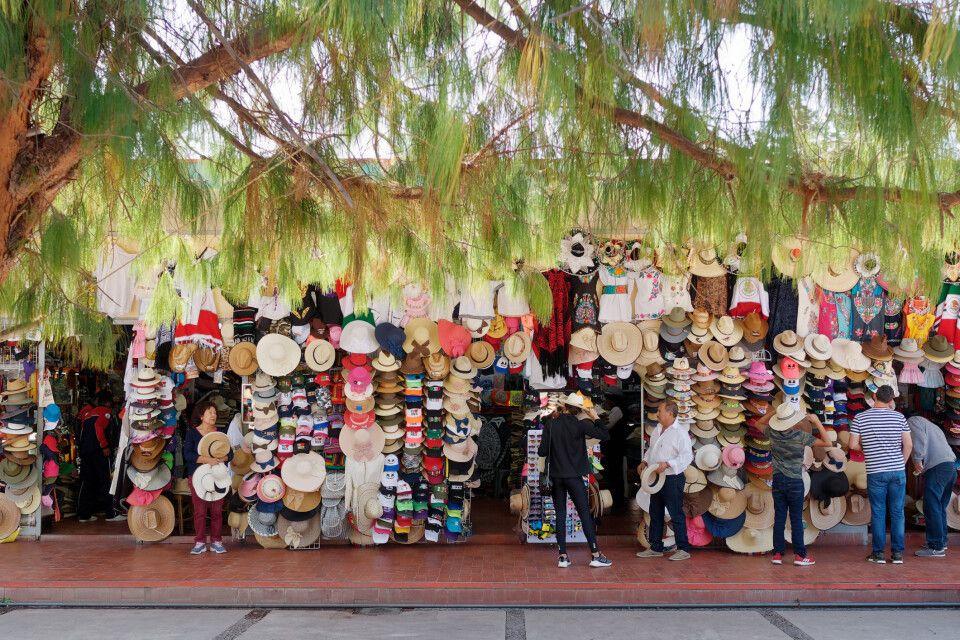 Viele Hüte schützen im heißen Mexiko Stadt vor der Sonne.