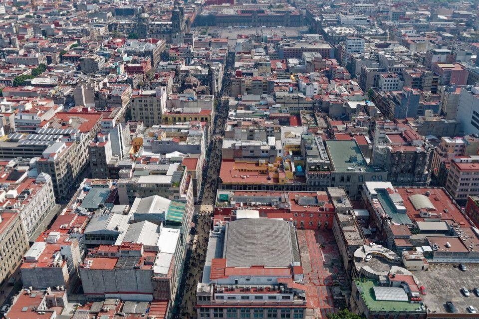 Mexiko Stadt und die belebte Fußgängerzone von oben.