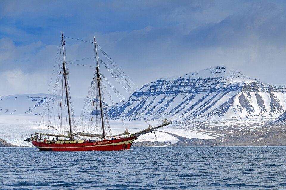 Die Noorderlicht vor der Küste Spitzbergens unterwegs