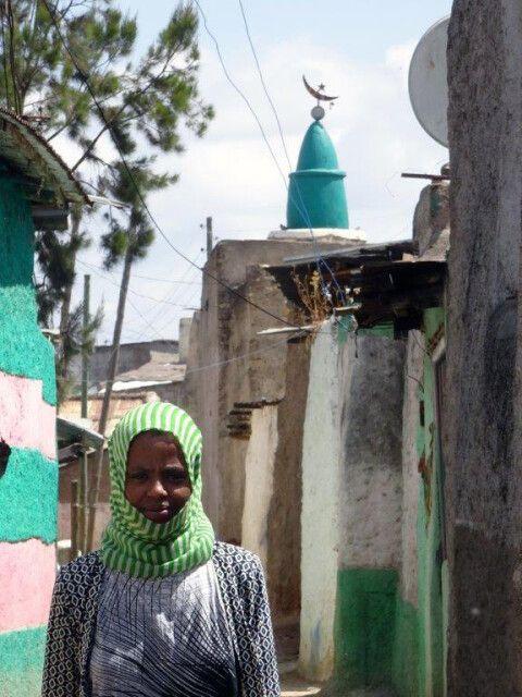 DANAKIL Reisebericht Ulrike Almer - Mädchen mit Schleier vor einem Minarett