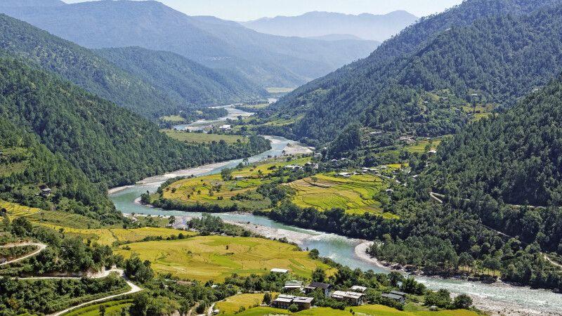 Vom Aussichtspunkt am Khamsun Yulley Namgyel Chörten hat man einen sehr schönen Blick auf das Punakha-Tal. © Diamir