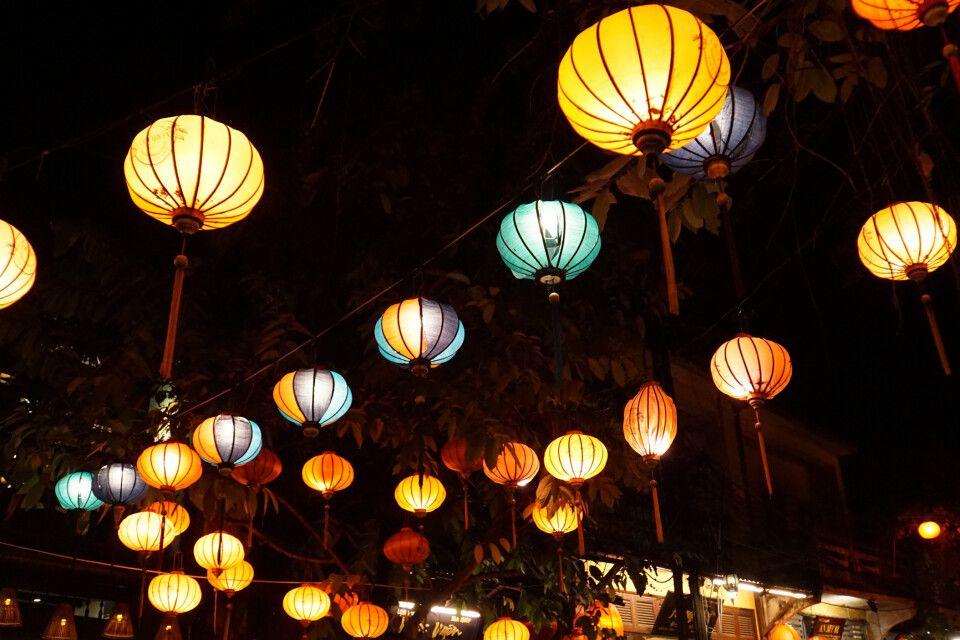 Bunte Lampions über den Straßen von Hoi An