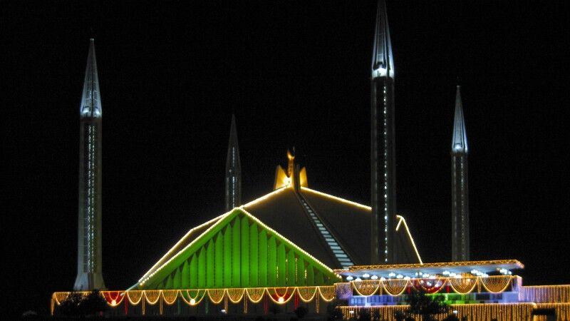 Die Faisalmoschee in Islamabad des Abends beleuchtet. © Diamir