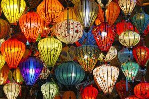 Berühmte vietnamesische Lampions in allen Farben