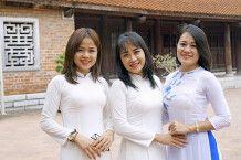 Junge vietnamesische Frauen in traditioneller Kleidung