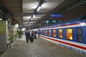 Am Abend auf dem Bahnhof kurz vor dem Besteigen des Nachtzuges