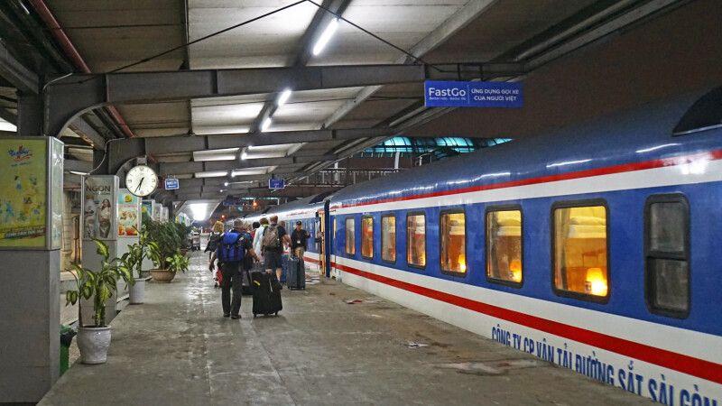 Am Abend auf dem Bahnhof kurz vor dem Besteigen des Nachtzuges © Diamir