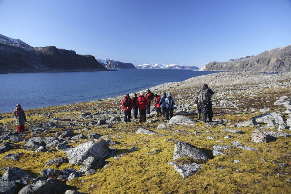 Wanderung an einem geschützen Fjord