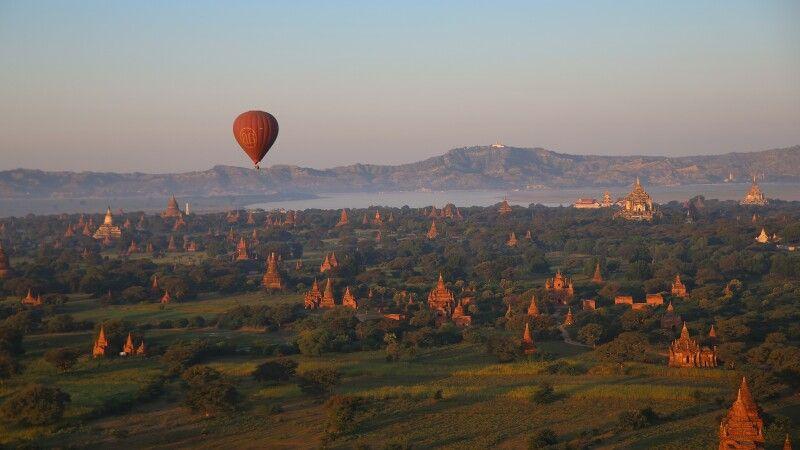 Ballonfahrt über das Tempelfeld von Bagan © Diamir