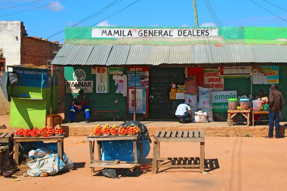 Auch links und rechts des Weges gibt es in Sambia einiges zu entdecken – wie diesen typischen bunten Marktstand nahe des Kafue-Nationalparks.