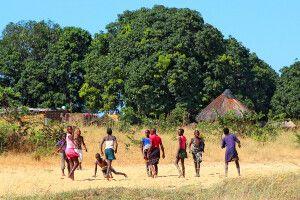 Das Leben im ländlichen Sambia findet wie so oft im Freien statt
