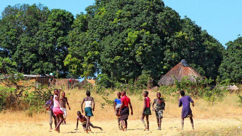Das Leben im ländlichen Sambia findet wie so oft im Freien statt, wie hier in der Nähe von Kaoma in Westsambia. © Diamir