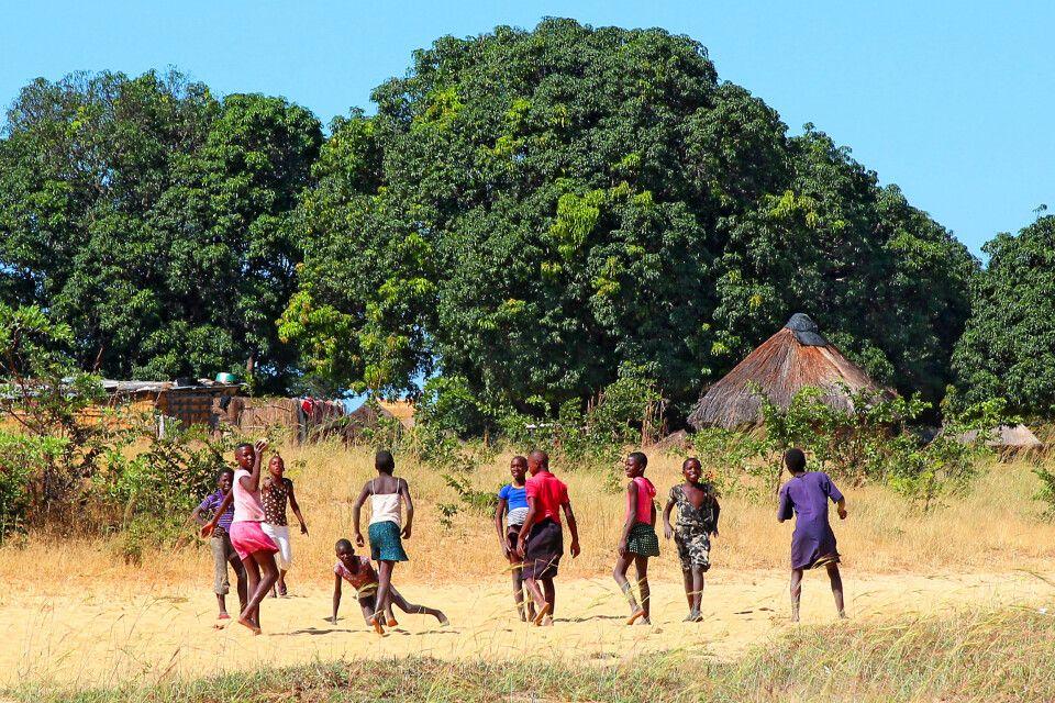Das Leben im ländlichen Sambia findet wie so oft im Freien statt, wie hier in der Nähe von Kaoma in Westsambia.