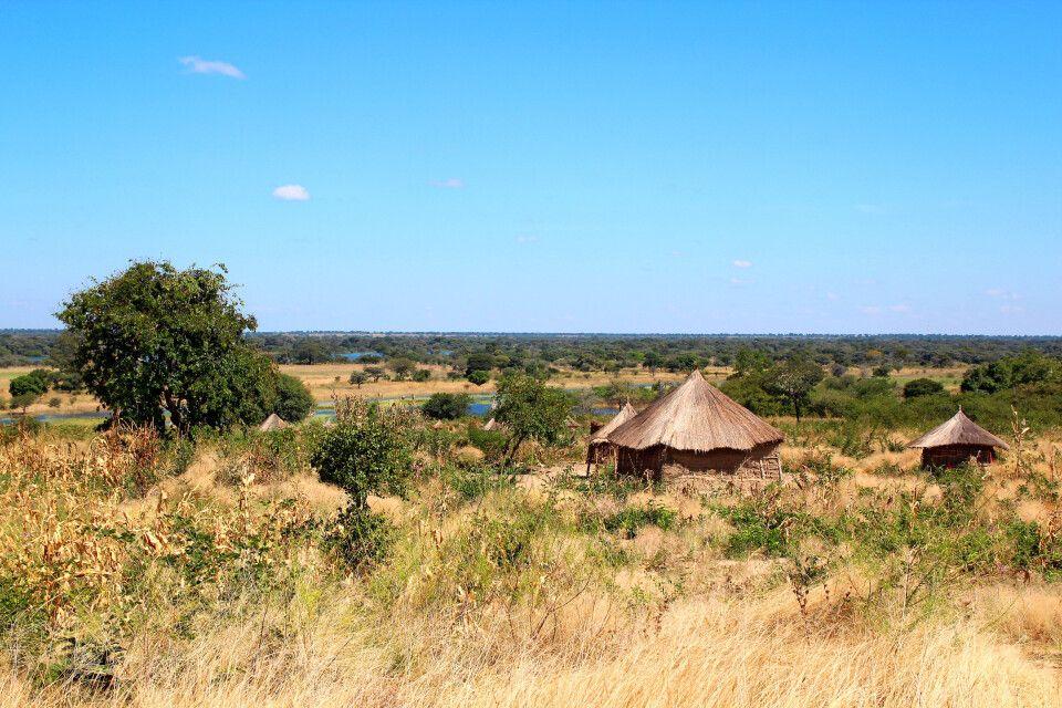 Obwohl Sambia für afrikanische Verhältnisse ein stark verstädtertes Land ist, leben auch hier viele Menschen in traditionellen Dörfern, wie hier in der Nähe von Senanga in Westsambia.