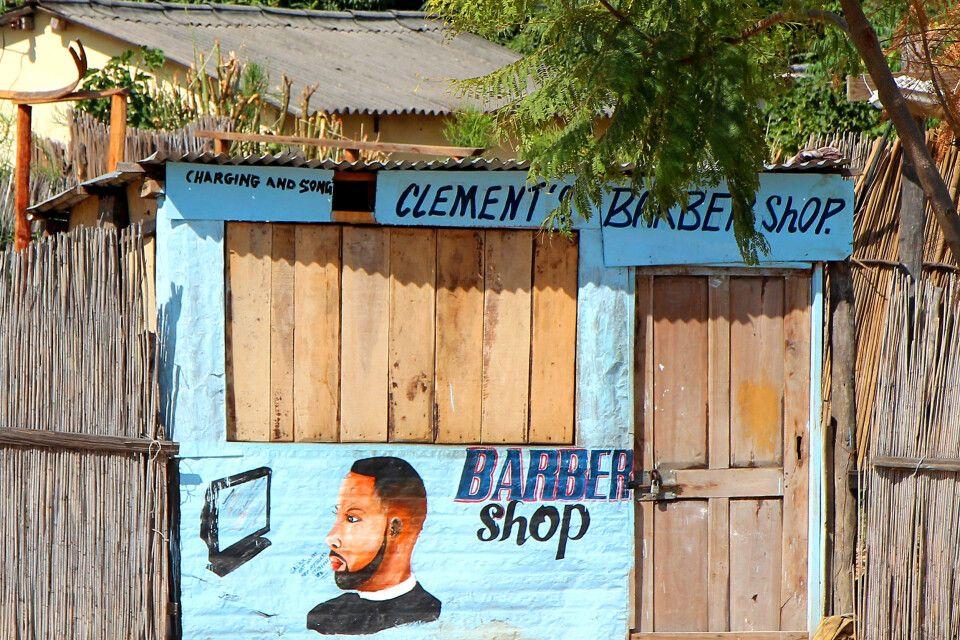 Praktischerweise kann man in diesem Friseurladen in Mongu auch seine Mobilgeräte gleich aufladen – nur nicht an unserem Ankunftstag.
