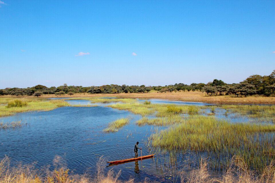 Im verwunschenen Sambia erwartet uns ein einsamer Fischer in den mit reichlich Wasser befüllten Flutebenen des Sambesi.