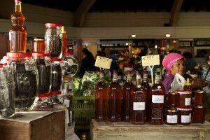 Flaschen voller Honig auf dem Markt von Noumea