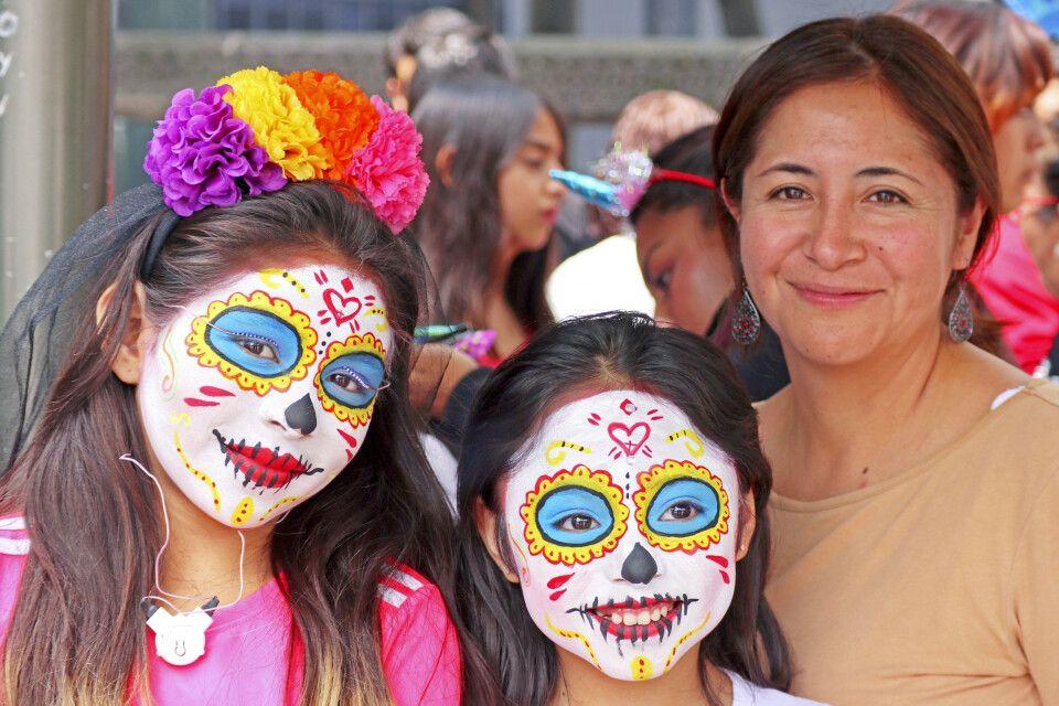 Geschmückte Kinder zum Dia de los Muertos