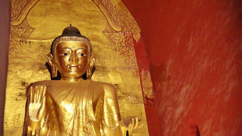 Großer stehender Buddha im Ananda-Tempel in Bagan © Diamir