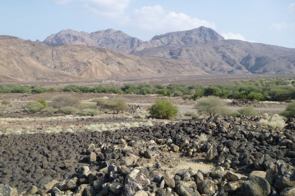 Weite Landschaft mit Vulkangestein