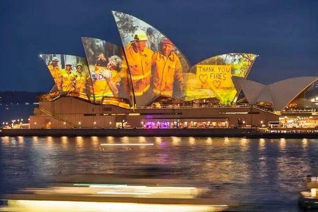Die Oper von Sydney - hier angestrahlt in Dankbarkeit für die Feuerwehrmänner des Landes