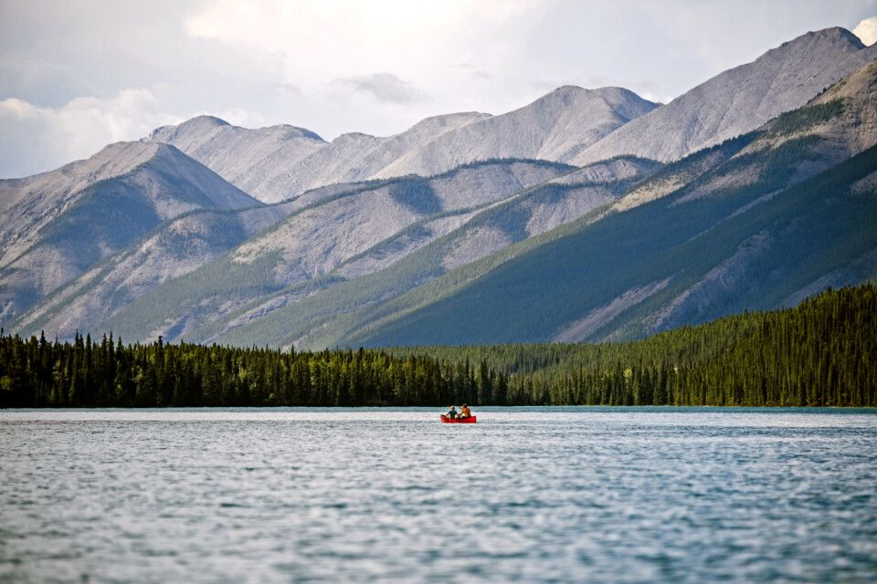 Kanu auf dem Muncho Lake am Alaska Highway, nördliches British Columbia