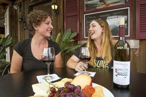 Weinprobe auf den Americana Vineyards in Interlaken am Cayuga Lake, Finger Lakes Region, New York State