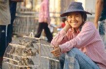 Vogelverkäuferin vor dem Königspalast in Phnom Penh