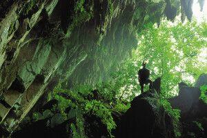 Höhleneingang im Mulu-Nationalpark im Bundesstaat Sarawak auf Borneo in Malaysia