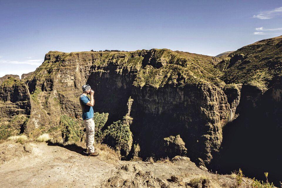 Auf Hirtenpfaden durch die Simien Mountains, mit Aussichtspunkt auf einen Wasserfall