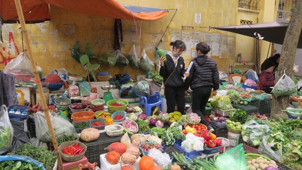 Einkaufen auf einem Markt in Hanoi für den gemeinsamen Kochkurs