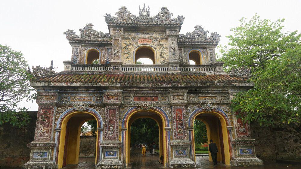 Prunktor im Inneren des Kaiserpalastes in Hue