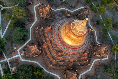 Magisch - Blick auf eine Pagode in Bagan vom Ballon aus