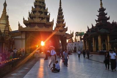 Sonnenuntergang an der goldenen Shwedagon-Pagode