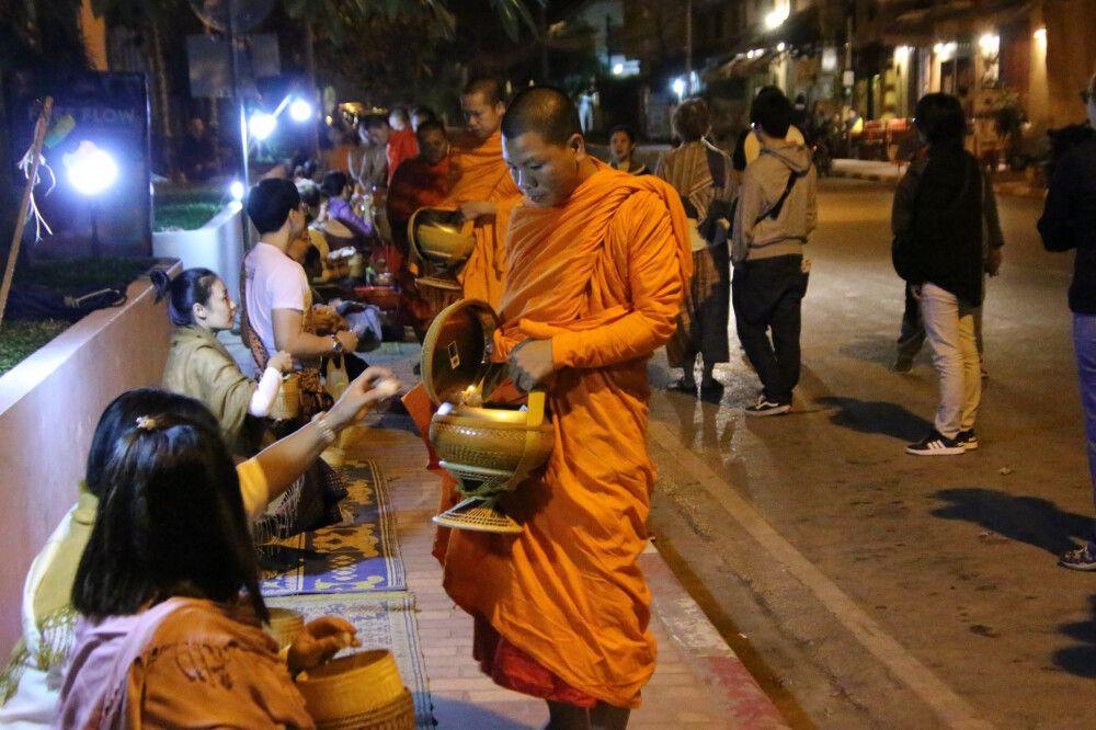 Morgendliche Gaben an die Mönche