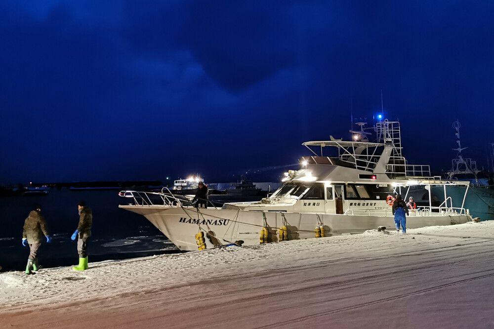 Charterboot, morgens im Hafen von Rausu
