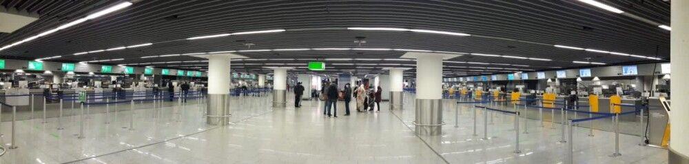 SAMDIA_201023_1TTH_13_Sambia Abfertigungshalle am Flughafen – Abstand halten kein Problem.jpg