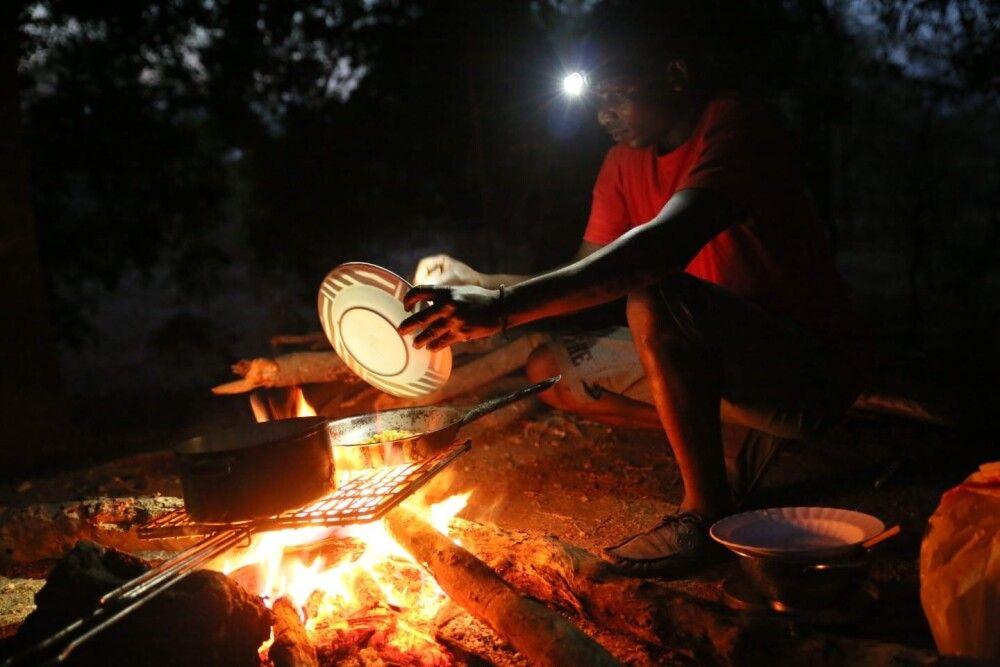 SAMDIA_201023_1TTH_9_Sambia Essenzubereitung am Feuer.jpg