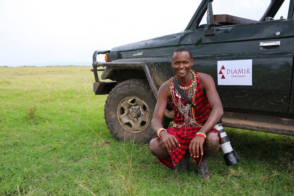 Ein Massai-Safariguide vor seinem Auto