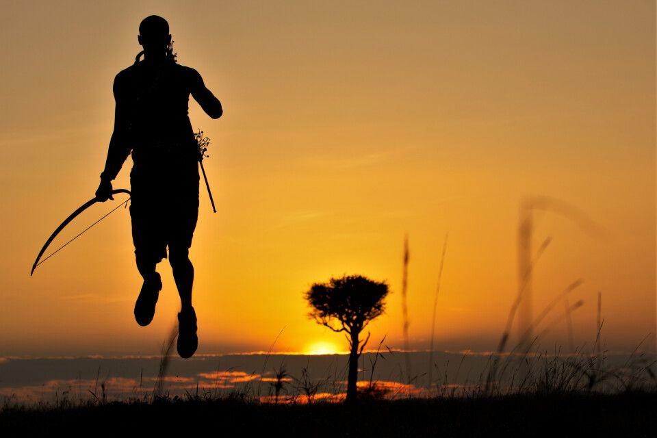 Massai beim traditionellen Springen im Abendrot
