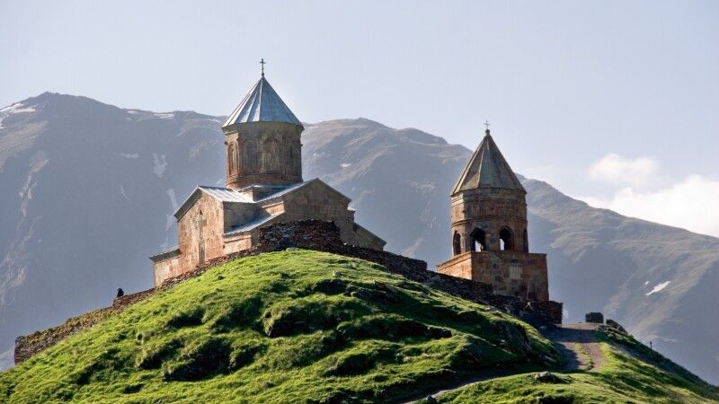 Dreifaltigkeitskirche von Gergeti Zminda Zameba in Stepantsminda © Diamir