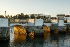 Alte Brücke im Zentrum von Tavira, östliche Algarve