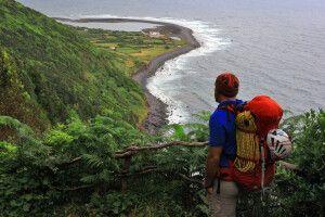 Blick eines Wanderers auf eine der berühmten Fajas, sao Jorge, Azoren
